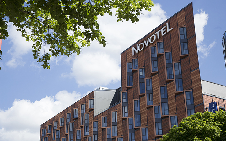 This Is One Of The Largest Hotels In Wembley Area Por With Large Groups Because Its Easy Access To Central London And Number Bars